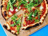 Пица Милано с тънко тесто, салам и рукола